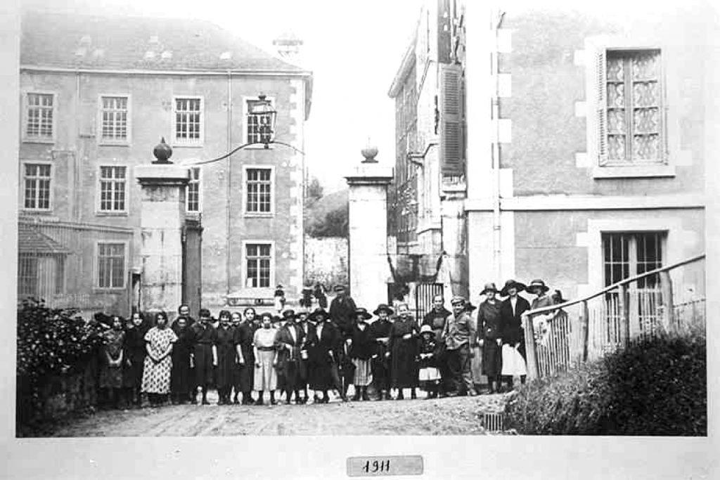 Photo de 1911 des ouvrières devant le portail de l'usine